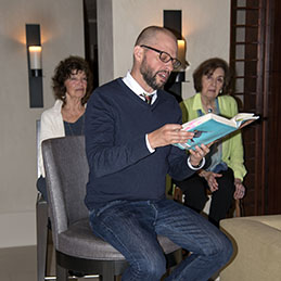 Jon Cryer reading the prologue to his book, as mom Gretchen Cryer and Nancy Ford look on.